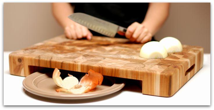 Tabla de madera de cocina, me atrevería a decir que de madera de enebro.