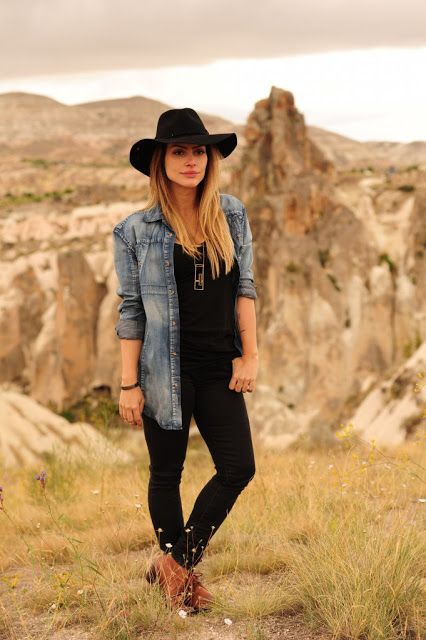 Black shirt & pants + denim shirt + floppy black hat. Cleo Pires.