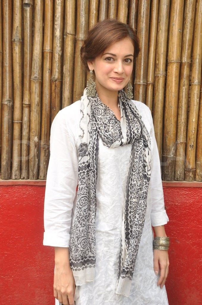 Dia Mirza, arrives for Shabana & Javed's Holi bash. Love the sheer simplicity of it. White kurta with printed dupatta.