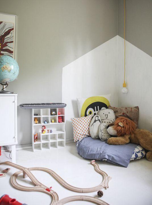 Coin repos peint en blanc en forme de maison