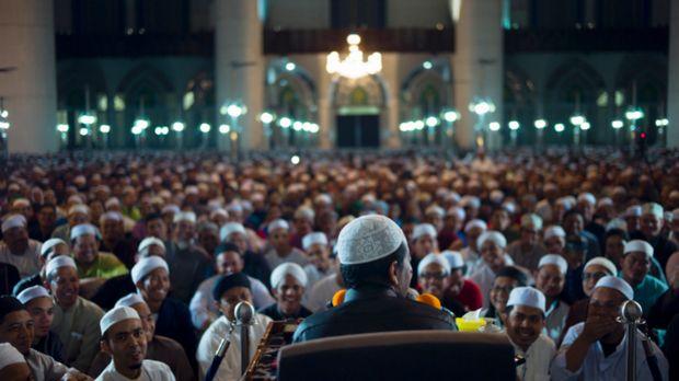 Jangan Berhenti Bersuara  Alhamdulillah kita memasuki bulan kemenangan bulan kebaikan dan berkah di bulan Suci Ramadhan. Allah SWT telah melipatgandakan pahala dan merantai para syaitan. Dia SWT telah mempersatukan kita dalam puasa dan berbuka puasa dan berdiri dalam doa. Mari kita berpegang teguh pada Islam dan bersabar.  'Umar bin al-Khatthab berkata: Kita menemukan kebaikan hidup kita dengan bersabar. Andai saja para tokoh itu bersabar maka akan menjadi mulia. Ali bin Abi Thalib berkata…