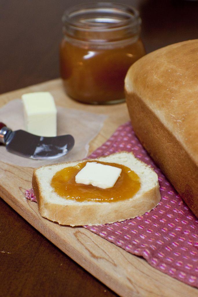 rebanada de pan de caja casero con mermelada y mantequilla