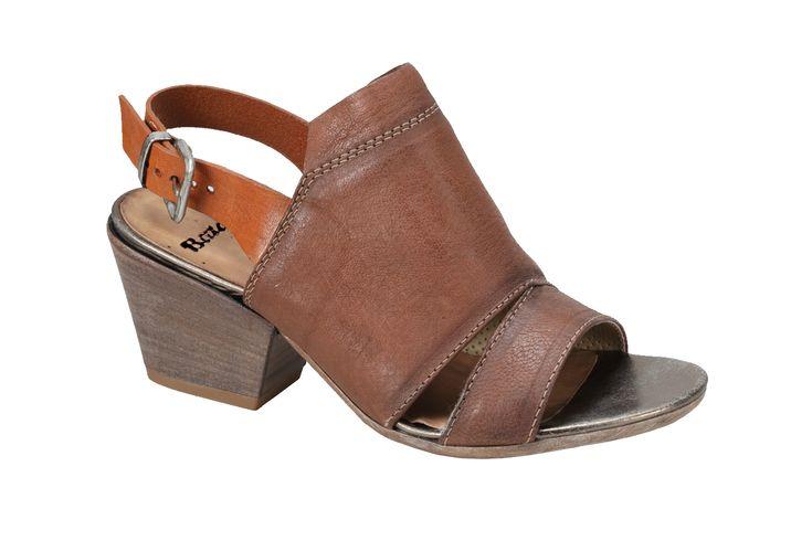 Ležérní sandály s koženým svrškem na středně vysokém zkoseném podpatku. Design inspirovaný westernem s širokým páskem na nártu. Sandály noste například k džínové sukni.