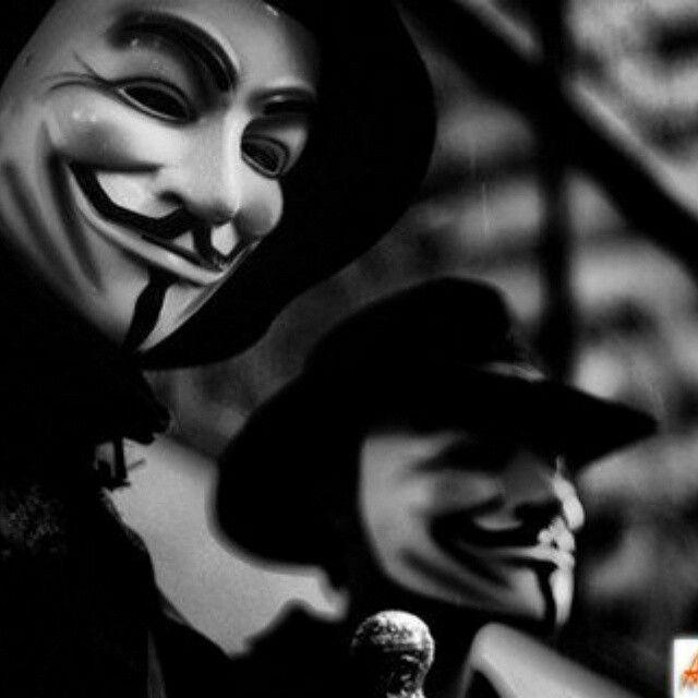 Люди прячут своё сердце за маской