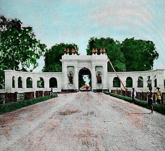 BETAWI TEMPO DOELOE  Gerbang Amsterdam (Belanda: Amsterdamsche Poort) disebut juga Pinangpoort (Gerbang Pinang) atau Kasteelpoort adalah gerbang sisa peninggalan benteng VOC semasa J.P. Coen. Pada pertengahan abad ke-19, gerbang ini merupakan sisa satu-satunya dari benteng yang dihancurkan dan mulai ditinggalkan semasa gubernur Jenderal HW Daendels.