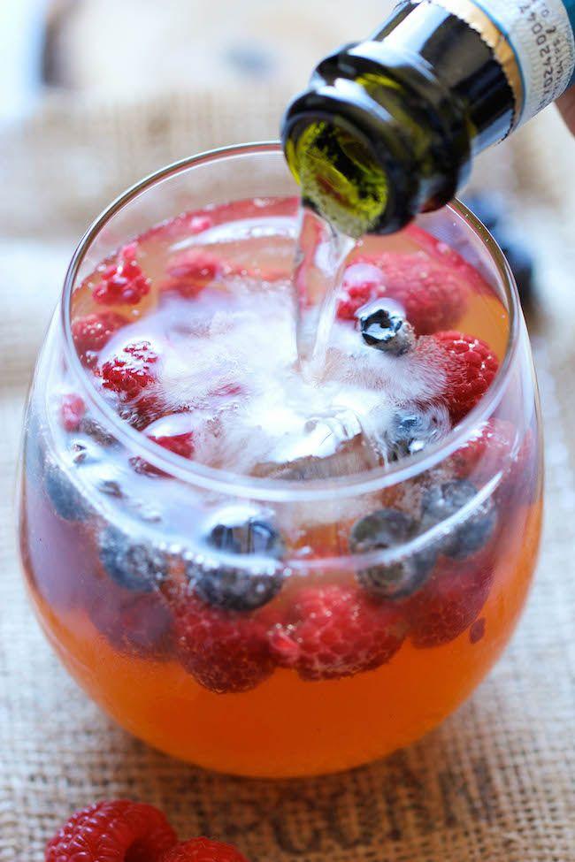 Peach Prosecco Punch - Een ongelooflijk verfrissend, bruisend feest punch gemaakt met Prosecco, perzik nectar en verse bessen!