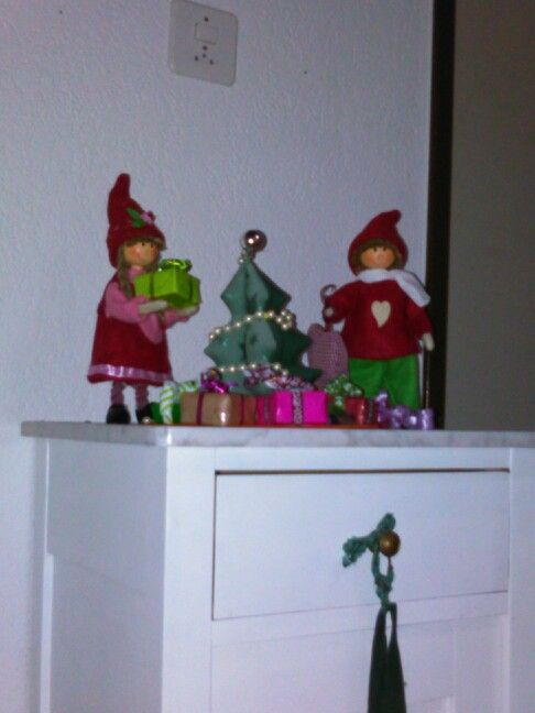 Weihnachtswichtel schmücken den Baum