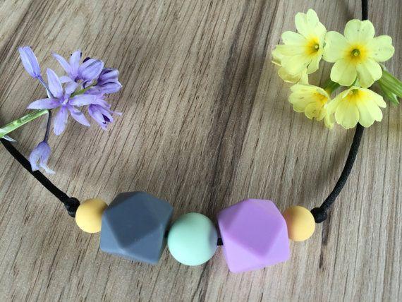 Nursing Necklace: Lavender Grey por LuluBabyFriendly en Etsy
