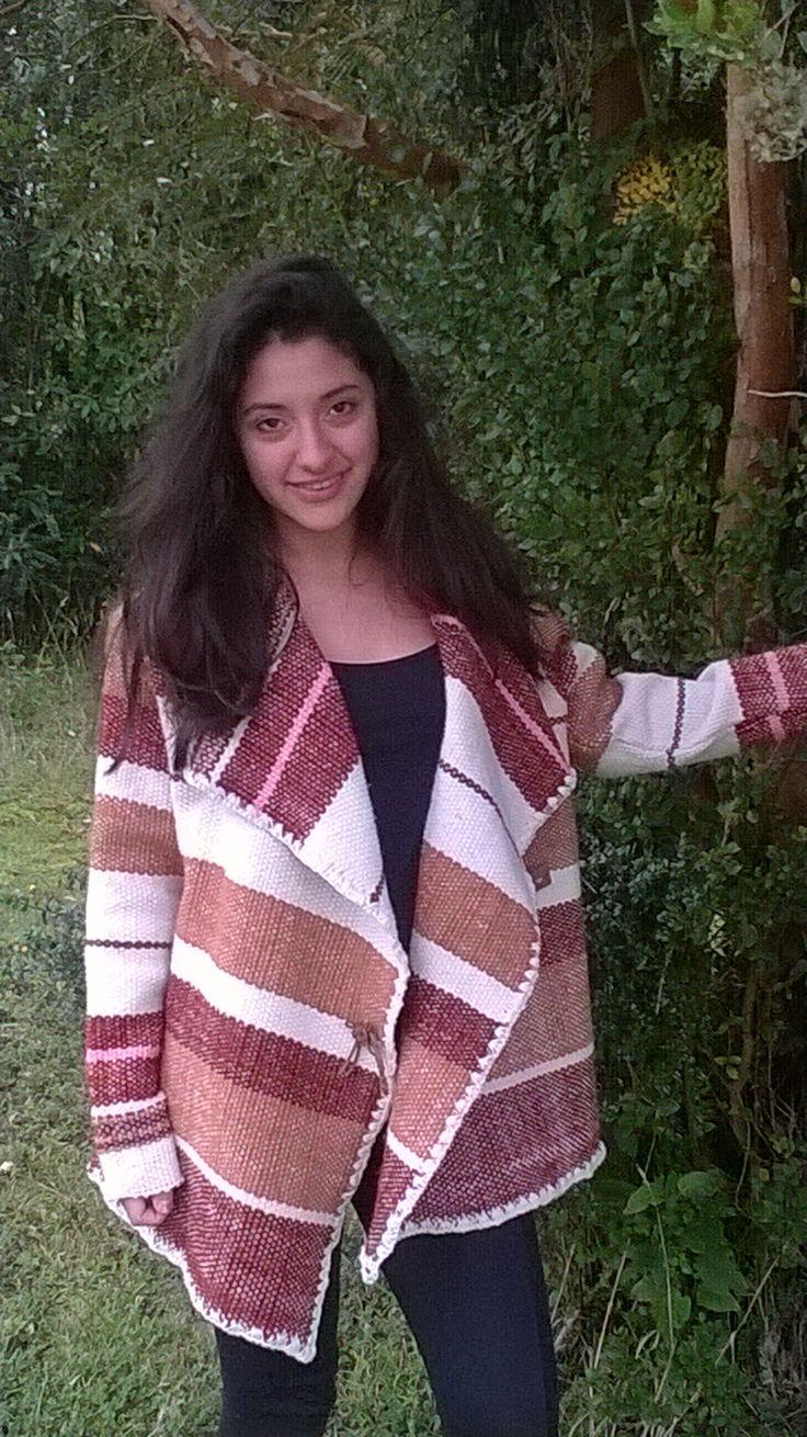 Chaqueta confeccionada a mano, en telar mapuche y lana natural. Confeccionada en colores tierra, esta prenda tiene varias opciones las que puedes cambiar.