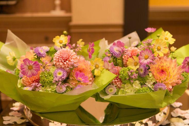 9月、アニヴェルセル豊洲様の花嫁様、 白の挙式ブーケを持ってくださいました。 驚くなかれ色ブーケの紫のほうは花嫁様の手作りです。 3か月後に...