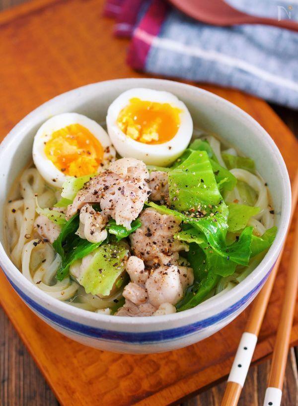 鶏肉とキャベツを使った  胃腸にやさしい、シンプルな塩うどん。    お鍋に煮汁を沸騰させたら  あとは、具材を加えてサッと煮るだけ。    10分もかからずにできるので  バタバタ忙しい時や  何もしたくない日にも最適です。    やさしくホッとする味なので  お正月あけの疲れた胃腸にもオススメですよ〜!     ★今年もどうぞよろしくお願い致します♪いつも本当にありがとうございます!