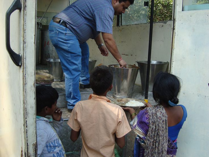 Navi Mumbai Spices #LionsClub (India) provided meals to 500 people in need, including those living on the streets