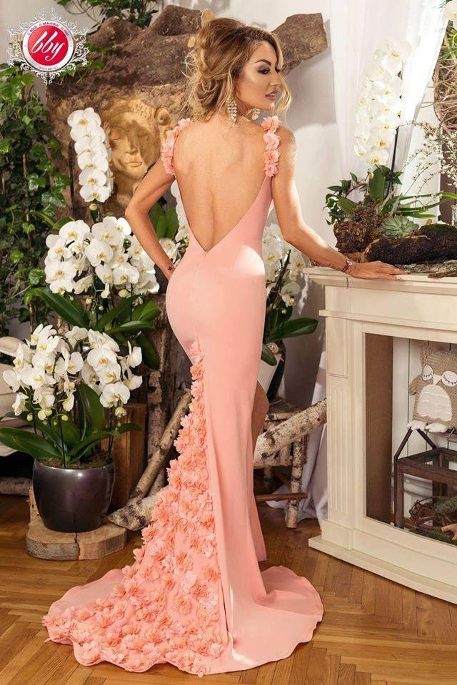 La toate evenimentele glam esti o aparitie surprinzatoare. Anul asta prezinta-te intr-o rochie lunga sirena roze din dantela