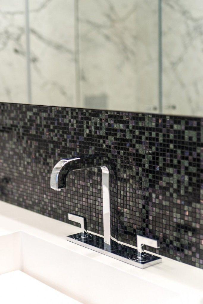 Apartment Warsaw centre luxurious white spacious timeless bathroom