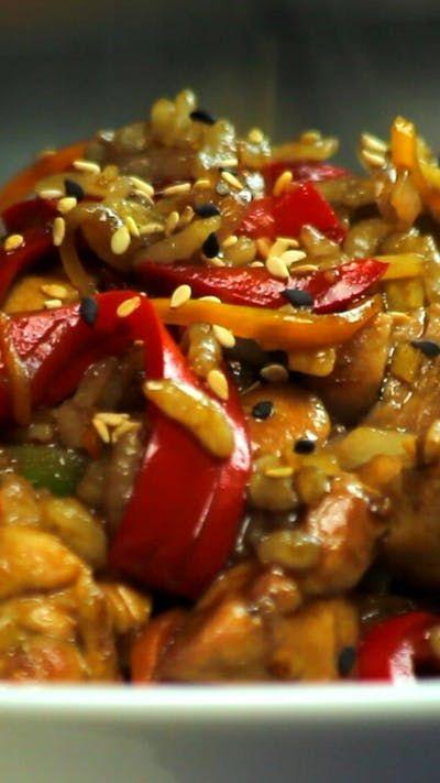 Receta con instrucciones en video: Todos los sabores en 1 wok.  Ingredientes: 5 cdas. de aceite de girasol,  1 cda. de jengibre picado, 2 dientes de ajo, 1 cebolla morada, 1 morrón rojo, 1 zucchini, 1 zanahoria, 2 muslos de pollo deshuesado, ½ taza de arroz cocido, ½ taza de salsa de soja 1 cda. de azúcar 1 cebolla de verdeo., Pimienta, Semillas de sésamo