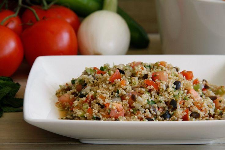La quinoa es una semilla con un alto valor nutricional, aunque parece un cereal por su forma y propiedades. Es un alimento muy completo, ideal para nuestra dieta diaria y la de nuestros hijos. Contien
