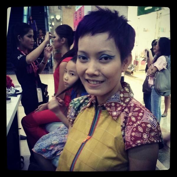Lenny Agustin at our booth to get make-over by The Body Shop Make-Up Artist