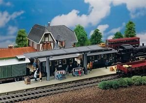 "new ho faller model railroad station platform with roof building kit 120192 - Categoria: Avisos Clasificados Gratis  Item Condition: NewquareTrade AA AP60NEW IN BOX FACTORY SEALED Quality FALLER HO 1:87 Model Railroad Scale # 120192 ROOFED STATION PLATFORM KIT Requires Assembly Finished model measures 1734 x 178"" Plastic construction , 14 parts in two colors Eurostyle graphic instructions not step by step included > > > CLICK HERE FOR ASSEMBLY INSTRUCTIONS…"
