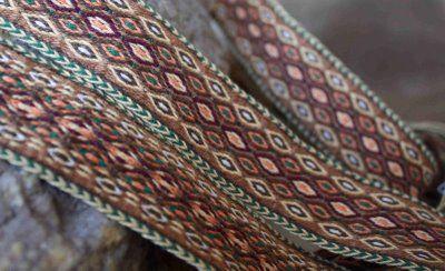 Tablet Weaving: Una Cinta Sencilla  Beautiful color variations in the simple lozenges