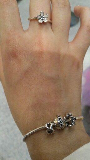 My bracelet essence Pandora with a flower ring by Pandora
