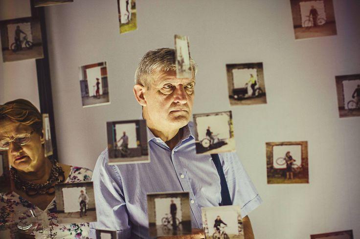 """""""Dokumenta-ciclista"""" to wystawa poprojektowa Filipa Kucharczyka, który zwiedzając świat fotografował rowery i ich użytkowników. Portrety na białym tle prezentują modę rowerową oraz rodzaje używanych jednośladów. Helmut Newton miał swoje kobiety, a Filip swoich rowerzystów. Kolekcja zdjęć oddaje rozmach pomysłu i tworzy spójny obraz społeczności rowerowej. foto: Michał Gałczyński (dobrzedobrze.net)"""