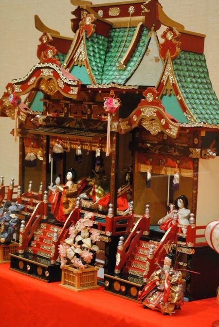 やまがっこうさんから教えていただいて 行ってきました 福島県須賀川市にある 須賀川市立博物館で開催中の  「雛人形展」 個人方々からの寄付などで集められた雛人形 古いもので江戸時代の物もありました 中でも目についたのがこちら これは関西方面...