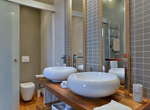 Une salle de bains avec double vasque douche l for Douche italienne baignoire