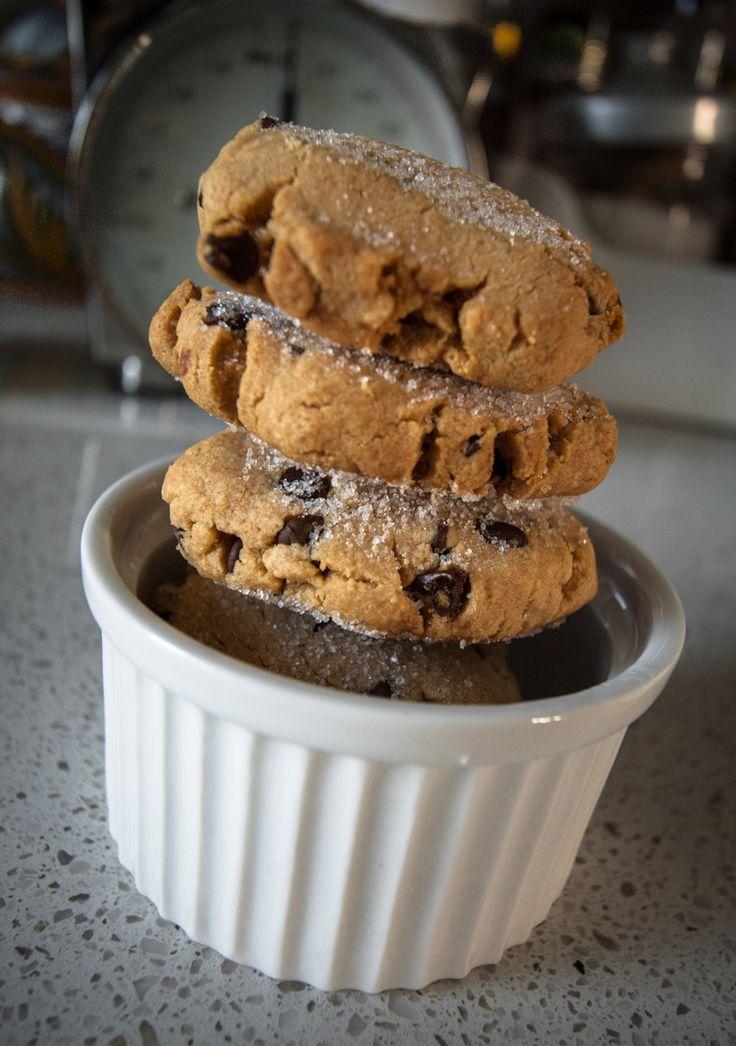 """Il Peanut Butter è un ingrediente fondamentale della cucina americana. Io lo adoro, mangiato direttamente dal barattolo alla """"Brad Pitt in Vi presento Joe Black""""; nei dolci o nei sandwich salati, magari con prosciutto cotto e qualche foglia di lattuga. Troverete questi biscotti molto gustosi, densi, dalla consistenza intensa e quasi cremosa. - See more at: http://www.estrattodivaniglia.com/recipes/i-biscotti-per-la-babysitter-di-lynette-scavo/#sthash.AnK66lwI.dpuf"""