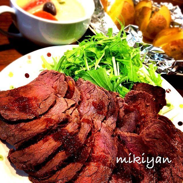 初ローストビーフ!! やっと塊肉見つけて作ったよ♪(´ε` ) 旦那も美味しいって❤ クリスマスも作ろうかなぁ。 ただ…分厚い( ்▿்) どうやったら薄く切れる? - 350件のもぐもぐ - 牛かたまり肉のハーブマリネロースト。切る前。 by mikisawa