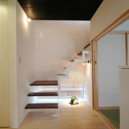 狭小土地に建つ自然素材で造る2世帯住宅の部屋 階段と地窓