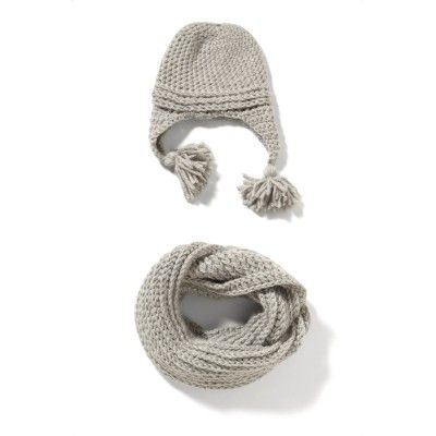 A cap with ear-flaps and tassels and a tube-shawl you can wrap around twice. The set is soft and fluffy.