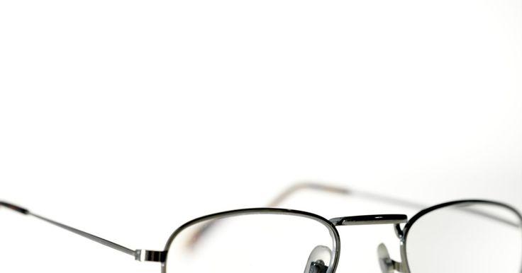 Como desentortar uma armação de óculos de metal. As armações de óculos de metal têm várias vantagens sobre as de plástico. Elas são geralmente mais resistentes, a cor não desbotará depressa e elas são fabricadas sem a utilização de petroquímicos. A maior armadilha para óculos de metal é que, quando alguém os derruba no chão, senta-se em cima ou quando uma criança brinca com eles, a armação pode ...