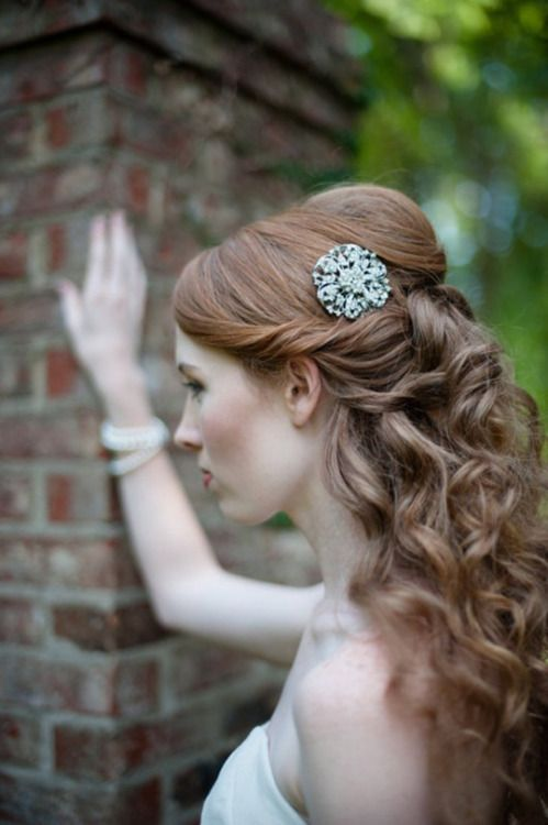 Coiffure mariée, coiffure mariage, accessoire mariage, wedding hairstyle, chignon, demi-queue  http://lamarieeencolere.com/post/19781640024/coiffure-mariage#