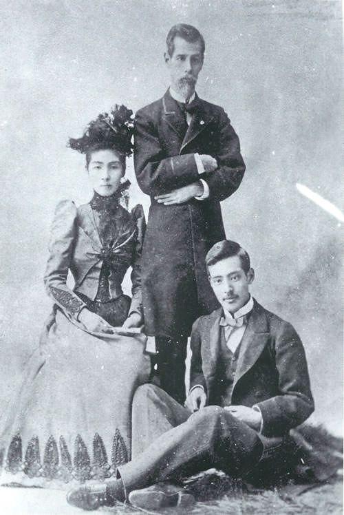 外務大臣の睦奥宗光、妻・亮子、長男・廣吉 旦那さんの睦奥宗光は坂本龍馬の戦友であり、幕末では海援隊の中心人物だったのだが、この人もまた美形で渋い。そんな陸奥夫婦プラス息子で写っている写真がこれだ。
