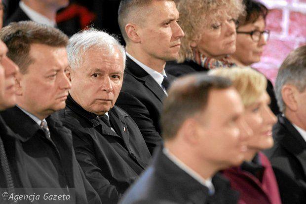 'Prezydent jako jedyny w stajni prezesa, nie może zostać z niej wyprowadzony' - podkreśla Andrzej Celiński opisując, jak Jarosław Kaczyński 'grilluje' Andrzeja Dudę. 'Prezydenta nie żałuję. Człowiek z osobowością pana Dudy nie powinien być prezydentem Polski. Ale jest. Prezes rozgrywając Polskę, poniża nie tylko konkretne osoby, ale daje świadectwo braku szacunku dla państwa' - napisał na blogu.