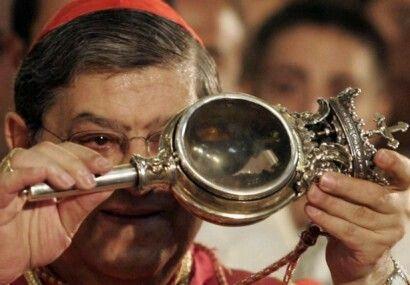 Cardinale Crescenzio Sepe con il sangue di San Gennaro liquefatto.
