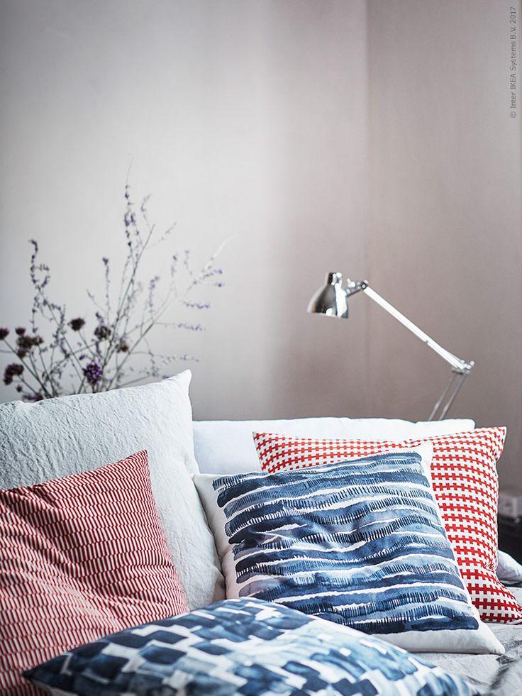 Textilierna i STOCKHOLM 2017 förtjänar ett kapitel för sig, Hanna Dahlrot är formgivaren bakom de flödade blå mönstren.