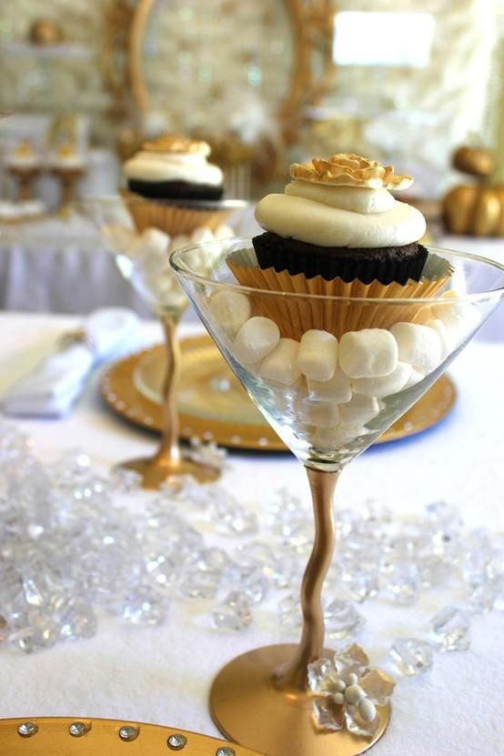 Great Gatsby Cupcakes   Another option... Gold accented cupcake-tinis!!!