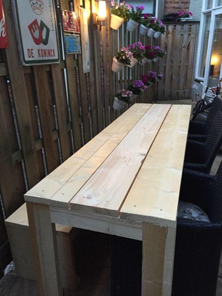 Steigerhouten tafel voor een piepkleine tuin. 60x200 cm en 72 cm hoog. Nu nog afwerken met wat schuurpapier en een white wash beits! En we kunnen weer barbecuen.