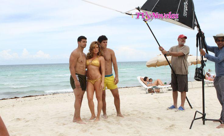 Alicia Machado, Pedro Moreno y Danilo Carrera posando para la portada de #estrellasdeverano para TVyNovelas US