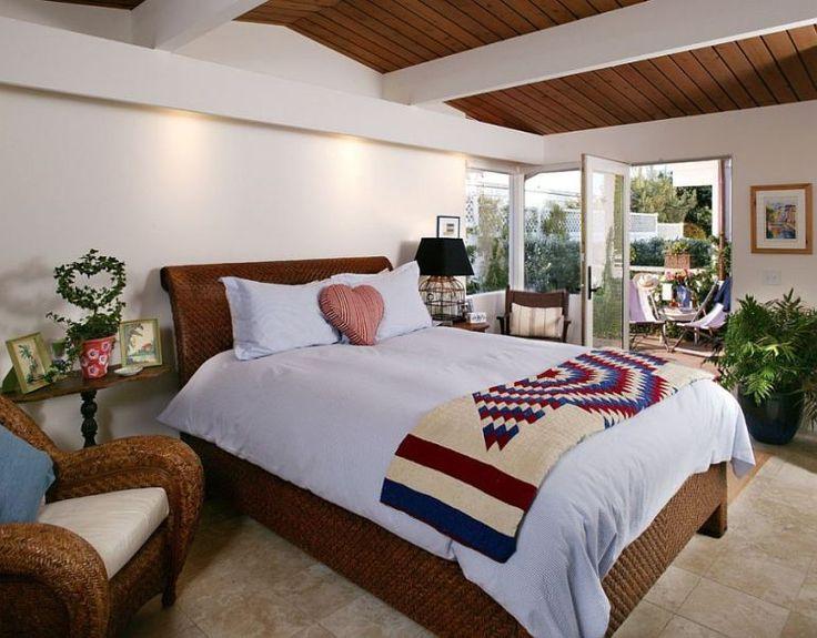 E chiar pe plajă casa asta frumoasă cu interioare marine / beautiful wooden house on the beach