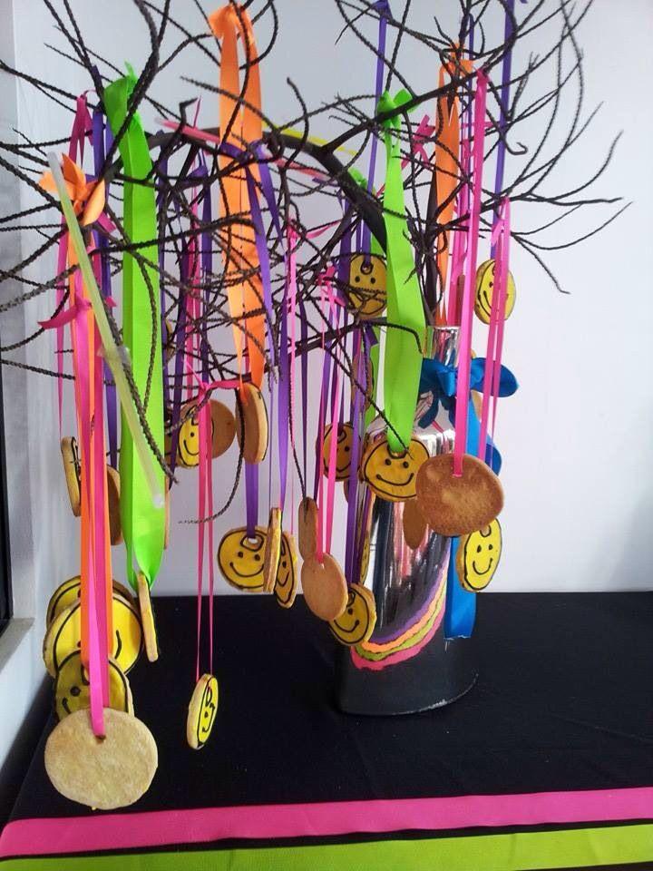 Regalo- recuerdo y parte de la decoración para los asistentes a la fiesta de neón para niños! Galletas de mantequilla decoradas antes de hornearlas se les hace el juego con una pajilla.