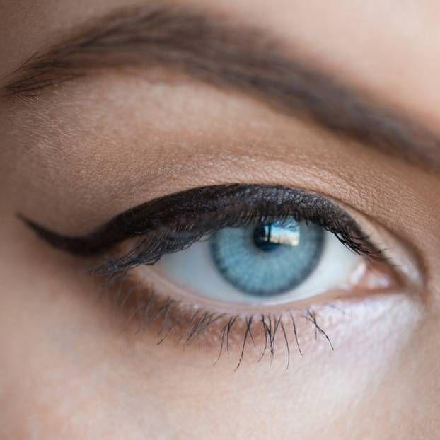 Ein geschwungener Lidstrich macht die Augen ausdrucksvoller. Mit dem richtigen Umgang eines Eyeliners haben trotzdem viele Frauen ihre Probleme. Mit diesen Schminktipps klappt es.