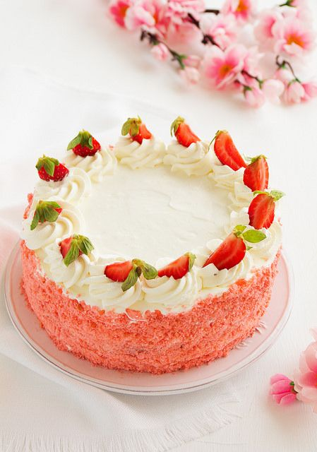 Бисквитный торт с клубничным мармеладом, сливками и клубникой.  - Люблю готовить.
