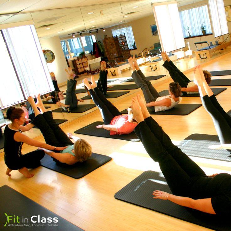 Pilates yapmak, fiziksel gücünüzü artırmanın yanında beden-zihin arasında bağ kurmanıza ve iyi hissetmenize da yardımcı olur. Başta çevreye verdiğiniz enerjiye yansıyarak daha sağlıklı, zinde ve dinç görünmenizi sağlar. Daha pozitif ve huzurlu olmak için siz de düzenli şekilde pilates derslerimize katılın. www.fitinclass.com