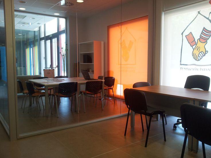 En la zona de oficinas, hay espacio para que nuestros voluntarios se reúnan a programar y organizar las actividades.