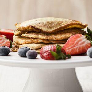 Skinny pannenkoek met appel Dit heb je nodig: 2 eieren, losgeklopt 2 eetlepels zuivelspread light ½ geraspte appel ½ theelepel kaneel 1 theelepel boter  Zo maak je het: 1: Doe de eieren, appel, zuivelspread en kaneel in een kom en meng het geheel goed door elkaar. 2: Verhit een koekenpan met wat boter en bak de pannenkoek op laag vuur in 5 minuten gaar.  Je kunt 1 á 2 pannenkoeken van dit recept maken. De andere helft van de appel eet je los bij de pannenkoeken.