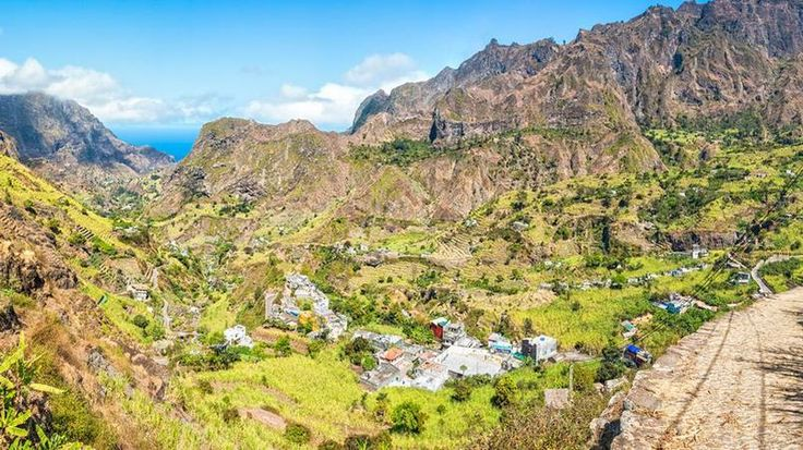 La vallée de Paùl (Santo Antao) - Sans doute l'une des plus séduisantes de l'île, cette vallée de Paùl est le paradis des randonneurs. Les cultures en terrasses, cannes à sucre, manioc, ignames, caféiers, bananiers… composent le paysage et contrastent avec l'environnement volcanique.
