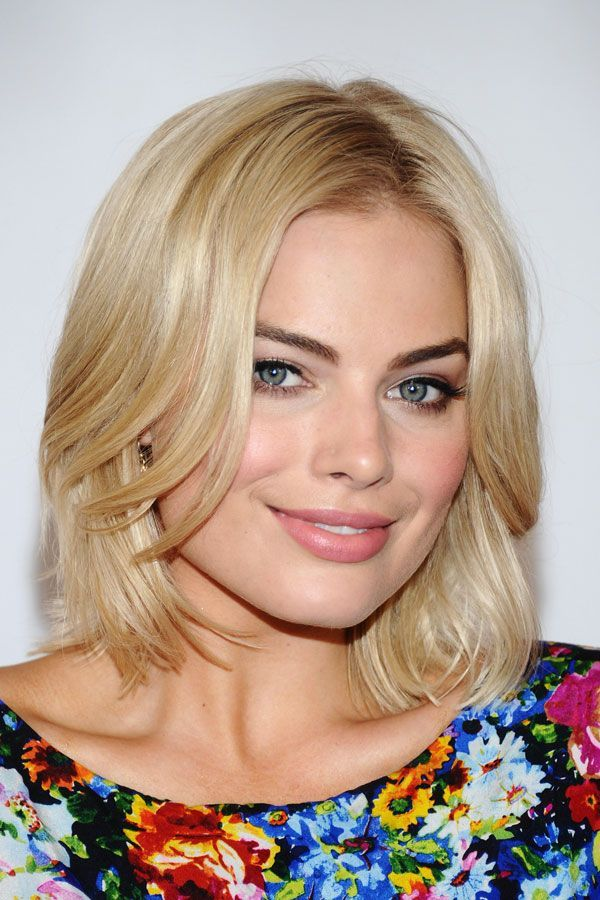 How cute is this bright-blond lob paired with dark eyebrows? #refinery29 http://www.refinery29.com/2016/08/118725/margot-robbie-suicide-squad-beauty-moments#slide-2