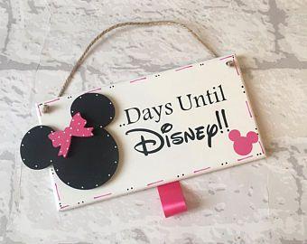 Días hasta Disney, disneyland cuenta regresiva. Placa cartel hecho a mano de madera con cabeza de Minnie Mouse en rosa. Viene listo con tiza